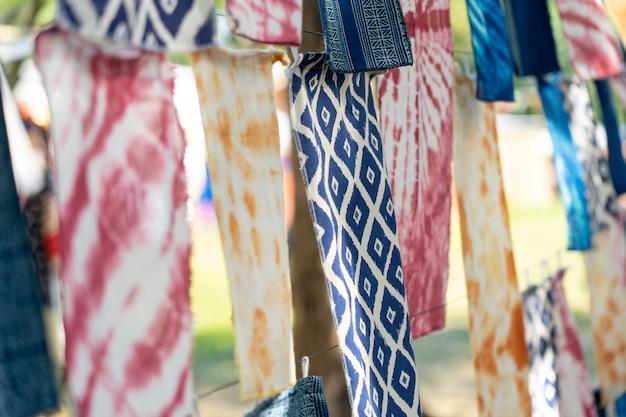 Tissu teinté à l'indigo méthodes de teinture anciennes des autochtones de thaïlande