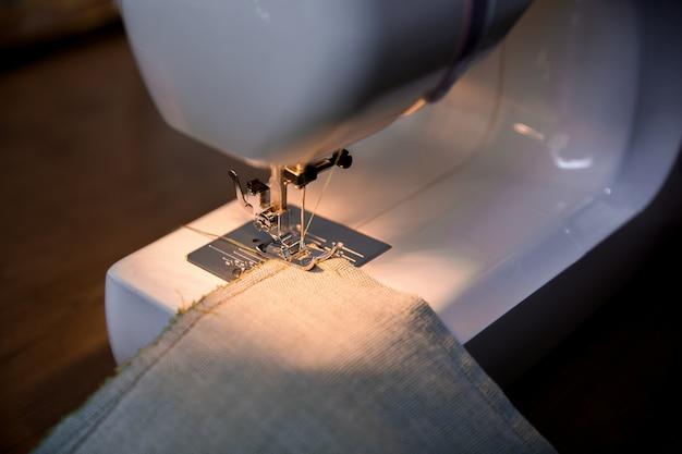 Tissu à tricoter sur la machine à coudre
