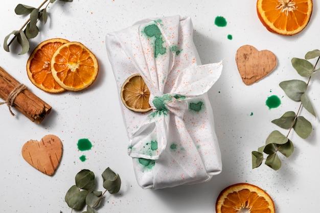 Tissu vue de dessus et tranches d'orange