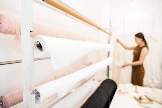 Des tissus blancs enroulés dans un atelier de couture