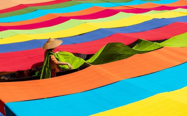 Tissus de lotus colorés fabriqués à la main à partir de fibres de lotus à inle lake, état de shan au myanmar.