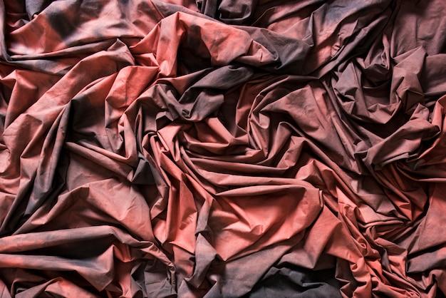 Tissus texturés froissés rouges et noirs