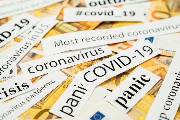 Titres de coronavirus de journaux avec de l'argent