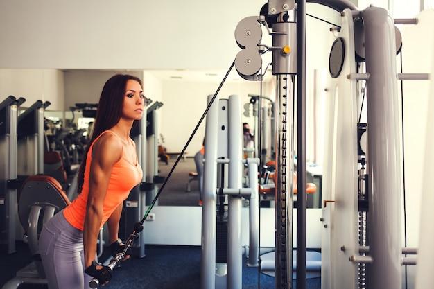 Tive femme dans la salle de gym