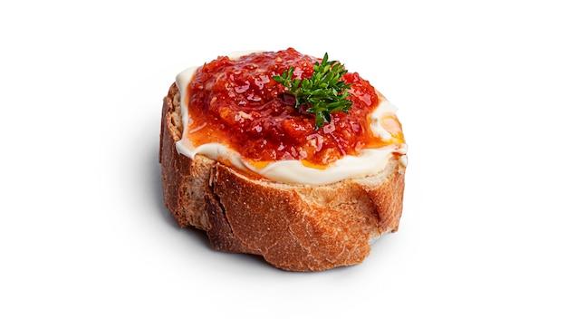 Toast avec adjika isolé sur fond blanc