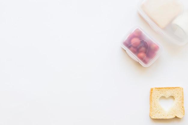 Toast allongé près de la boîte à lunch