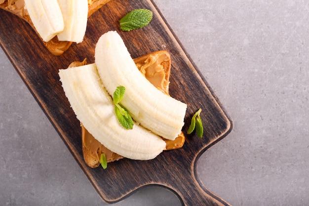 Toast au beurre d'arachide et à la banane sur planche de bois