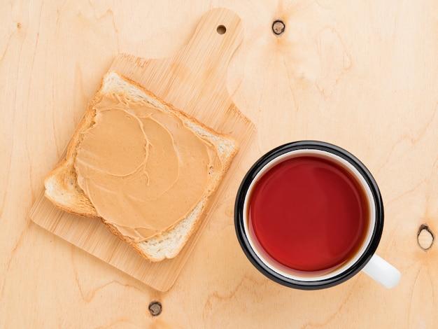 Toast au beurre de cacahuète, étalé sur un sandwich