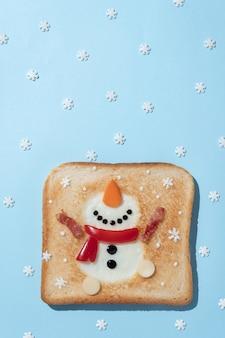 Toast au blanc d'oeuf en forme de bonhomme de neige heureux