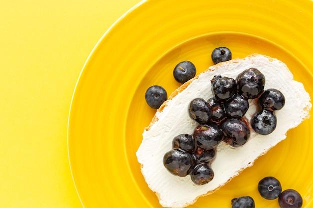Toast au fromage et aux bleuets