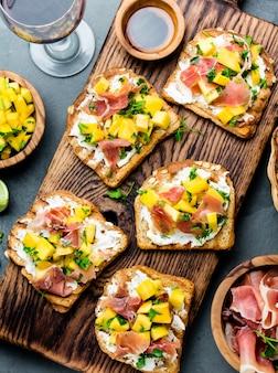 Toast au fromage à la crème, jambon et mangue