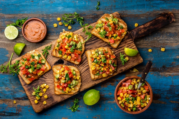 Toast au maïs et légumes sur planche de bois