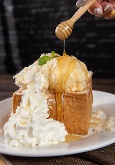 Toast au miel avec crème fouettée et glace à la vanille