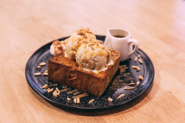 Toast au miel avec crème glacée au caramel et aux amandes