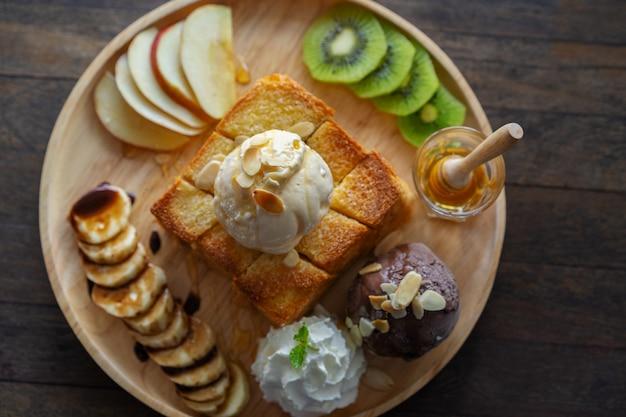 Toast au miel, dessert sucré au café