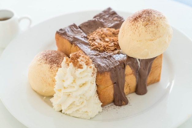 Toast au miel avec glace vanille et chocolat