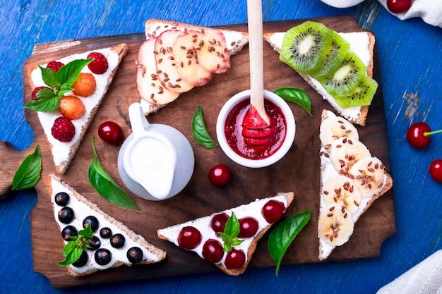 Toast aux fruits sur une planche de bois
