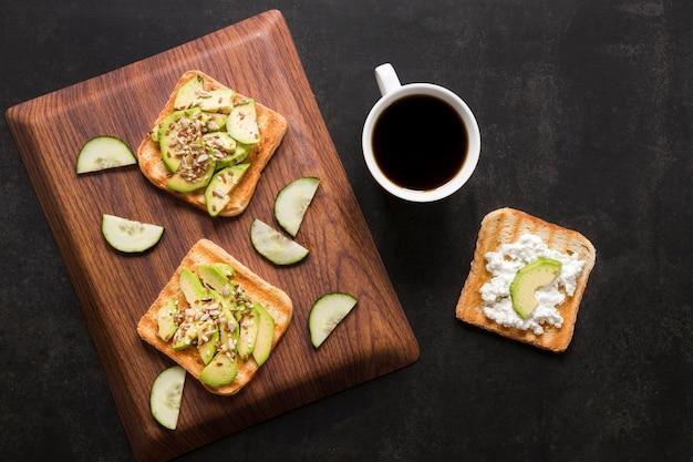 Toast aux légumes et café