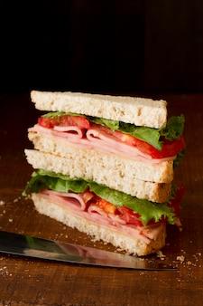 Toast aux légumes et salami sur le bureau