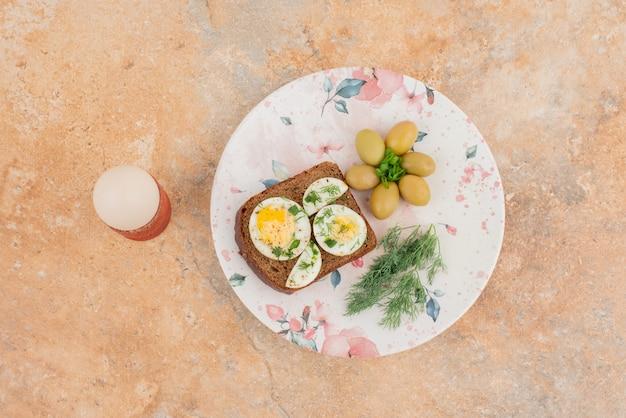 Toast aux œufs durs sur table en marbre
