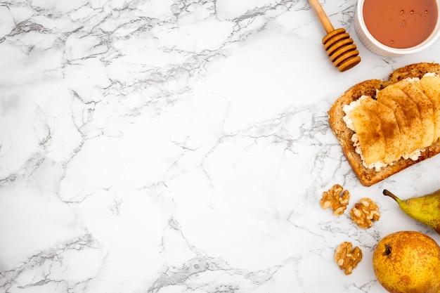 Toast aux poires et copie espace