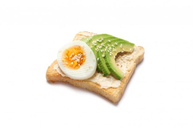 Toast à l'avocat et oeuf isolé sur blanc