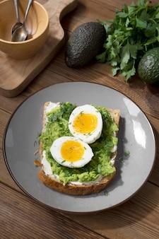 Toast à l'avocat avec œuf. pain grillé carré à grains entiers.