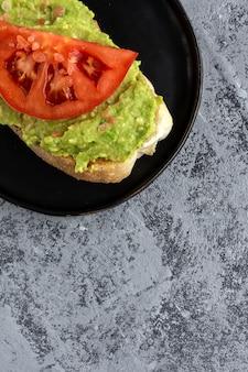 Toast à l'avocat et à la tomate