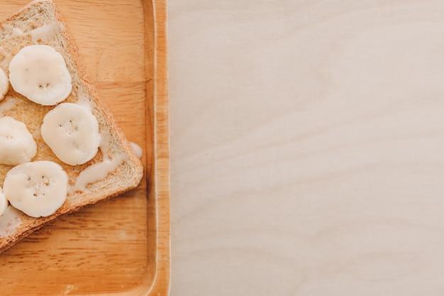 Toast à la banane fait maison pour le petit déjeuner d'été
