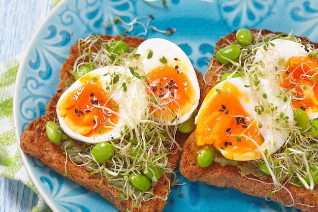 Toast de blé entier à l'avocat et aux œufs avec edamame