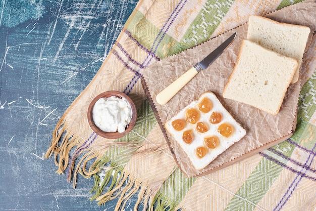 Toast avec crème sure et confiture.