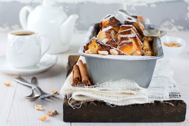 Toast cuit au four avec des bananes et des arachides sur le vieux bois.