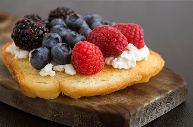 Toast avec du fromage cottage et des baies fraîches.