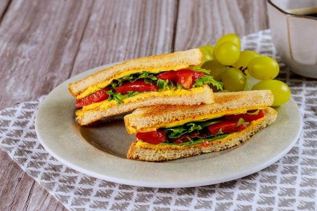 Toast avec du fromage fondu et du raisin pour le petit déjeuner.