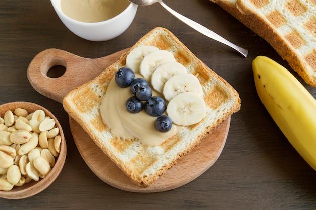 Toast frit au beurre de cacahuète et baies.