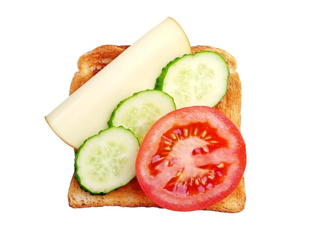Toast avec fromage, tomate et concombre isolé sur blanc