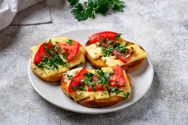 Toast grillé à la tomate et au fromage