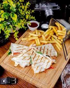 Toast de pain plat aux épinards tomates au fromage servi avec frites