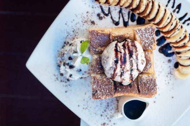 Toast pain pudding à la crème glacée et à la banane.