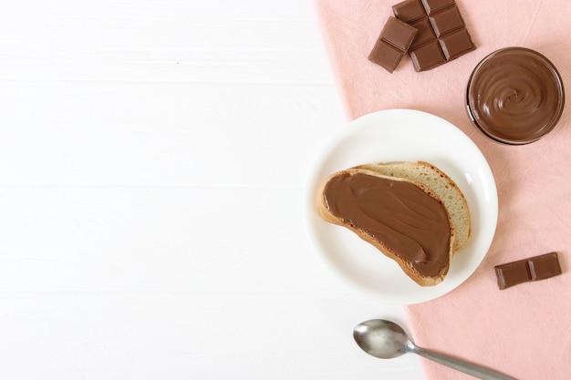 Toast avec pâte de chocolat sur la table