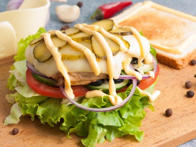 Toast ou sandwich au poulet et fromage