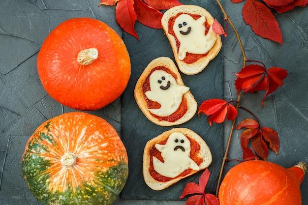 Toast à la sauce tomate et au fromage sous forme de fantômes pour halloween.