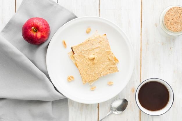 Toast avec une tasse de café