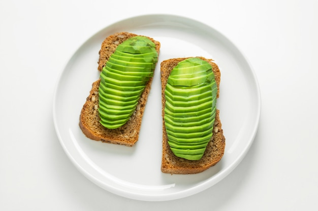 Toast avec des tranches d'avocat