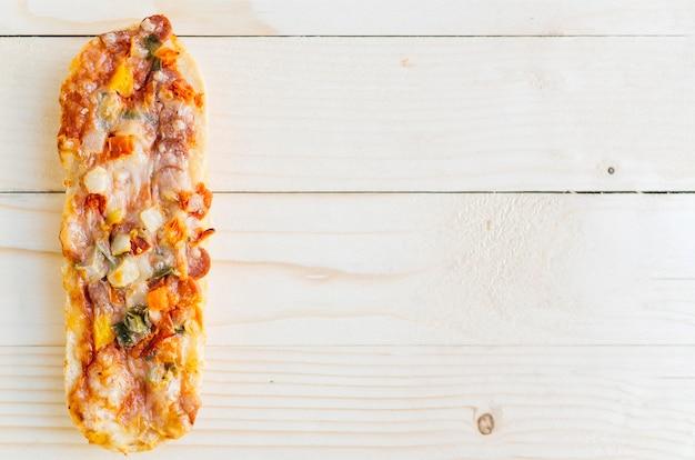 Toast vue de dessus avec des ingrédients de pizza