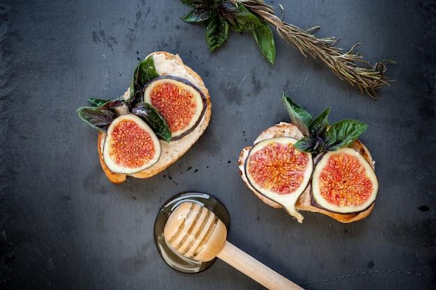 Toasteres enduits de ricotta aux figues et au miel
