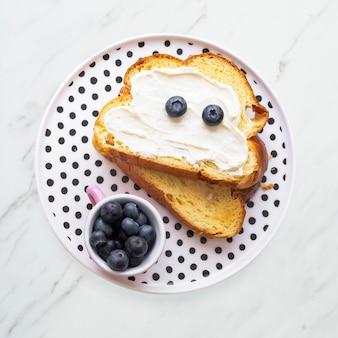 Toasts au fromage à la crème pour enfants aux bleuets