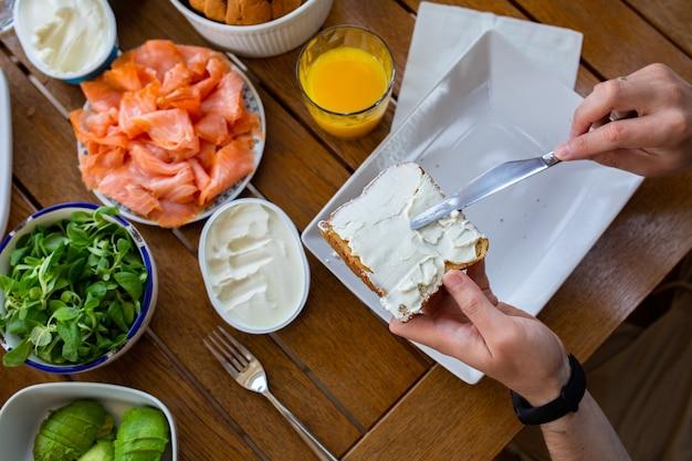 Toasts au fromage sur pain buffet de petit-déjeuner toasts de pain au fromage philadelphia et au saumon journée gastronomique