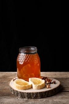 Toasts au miel avec noix et céréales