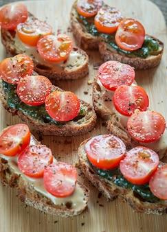 Toasts au tahini et sauce à la menthe et tomates cerises